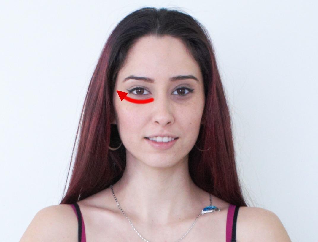 Un massage des yeux sensuel